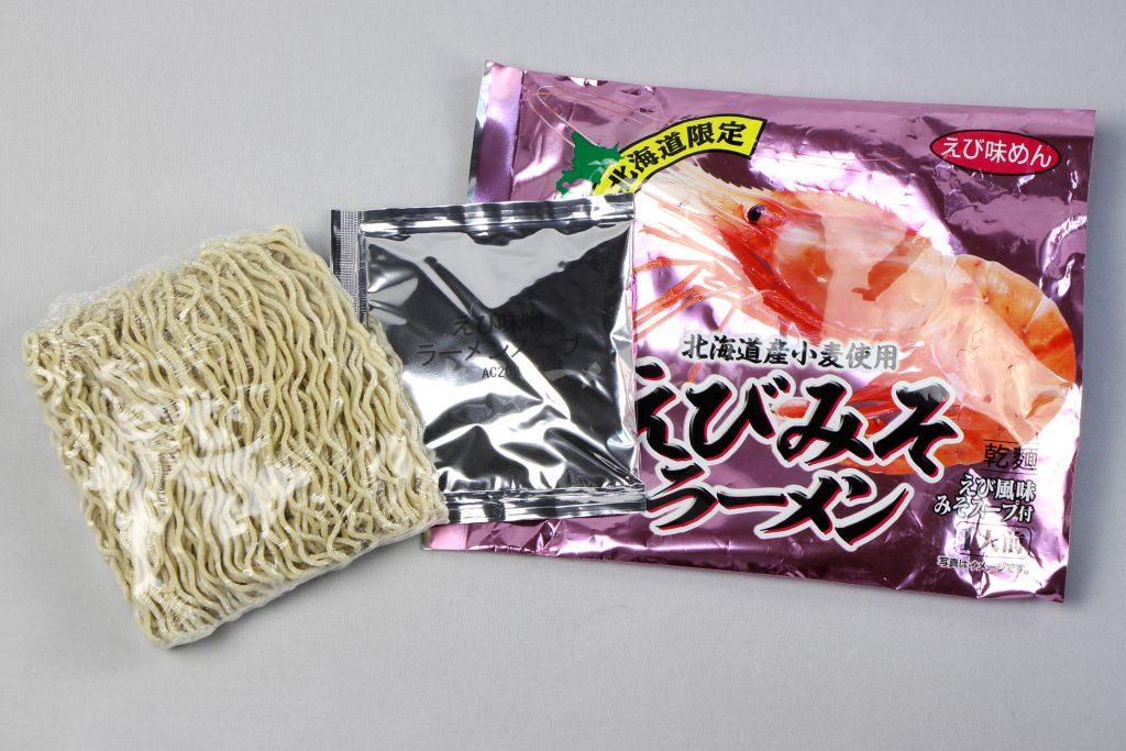 「えびみそラーメン」(小六)の麺とスープ