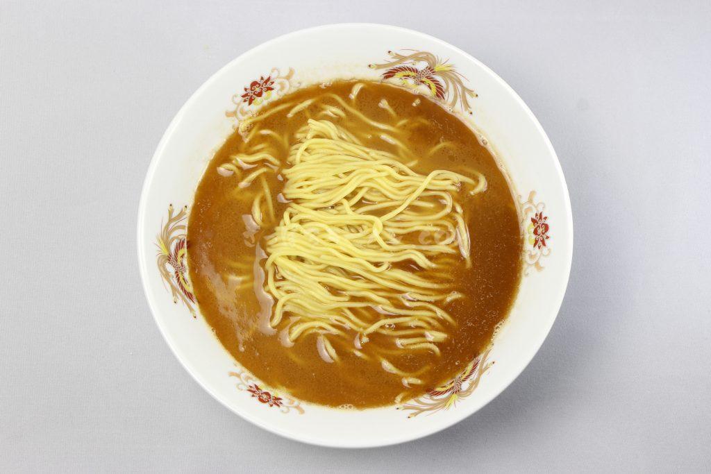 アジの風味に特製焦がしラードが香ばしい「寒干し蜂屋醤油ラーメン1人前」(菊水)の完成画像