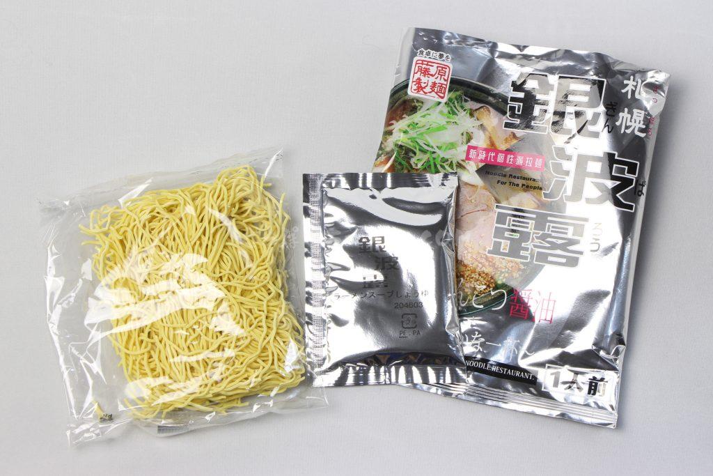 「札幌銀波露(ぎんぱろう) 濃厚香ばしとんこつ醤油」(藤原製麺)の麺とスープ