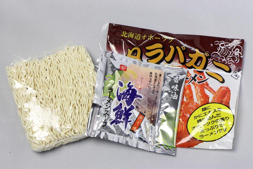 アサヒ食品工業株式会社「北海道オホーツク タラバガニ風味 乾燥ラーメン(みそ味/1食入)」の麺とスープ