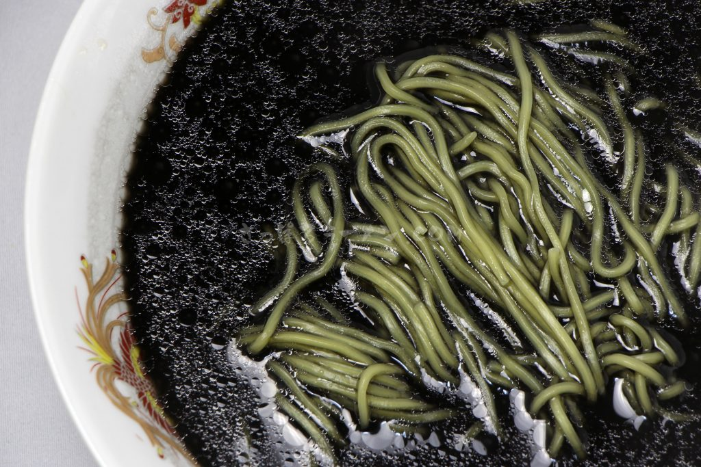 藤原製麺株式会社「函館開陽亭 いかすみラーメン」の完成画像(拡大)