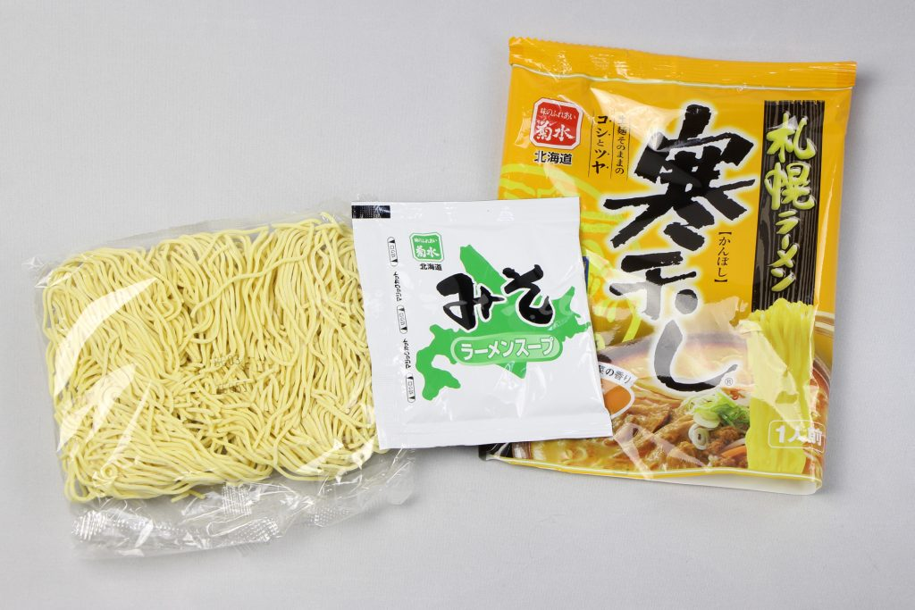 「札幌ラーメン寒干し 味噌(1人前)」(菊水)の麺とラーメンスープ