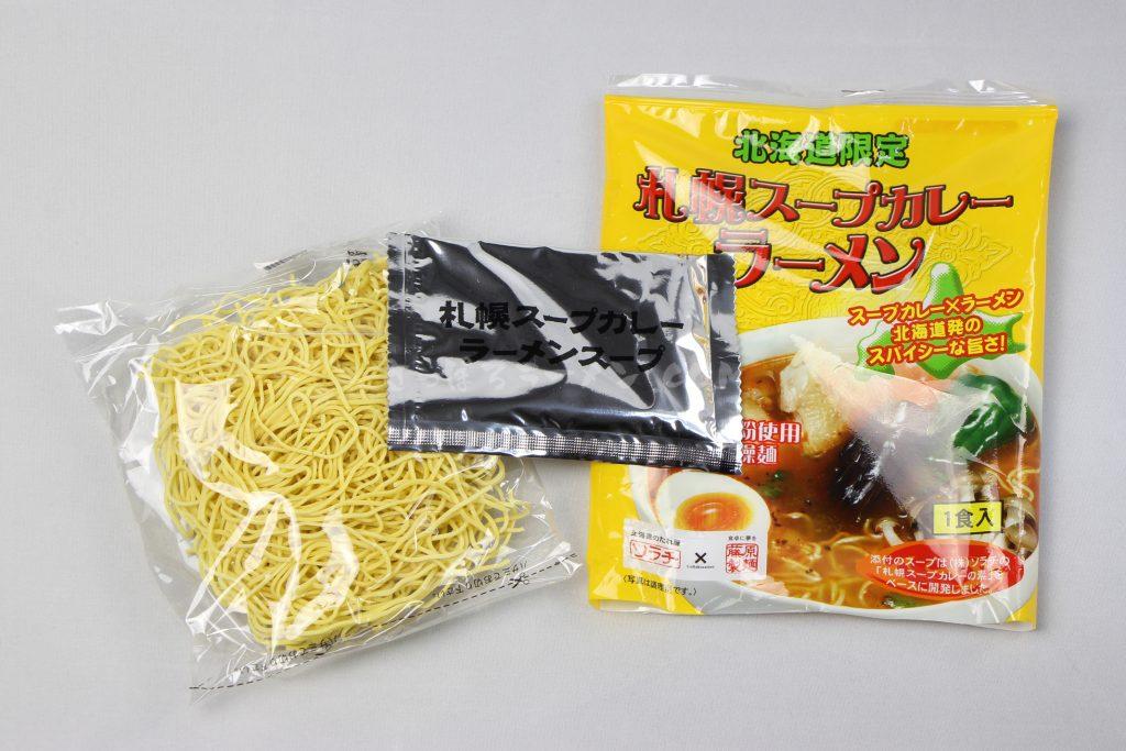 「北海道限定 札幌スープカレーラーメン」(ソラチ×藤原製麺)の麺とラーメンスープ