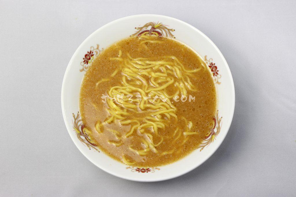 味噌一筋!超太麺の札幌の名店「札幌ラーメンブタキング味噌」(藤原製麺)の完成画像