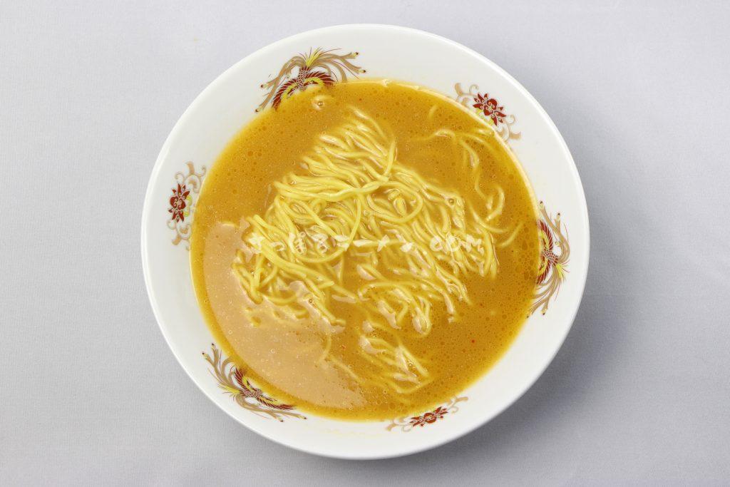 常連でも違いがわからない!?完成度高い極上スープ「旭川梅光軒 三方麺 味噌味ラーメン」(藤原製麺)の完成画像
