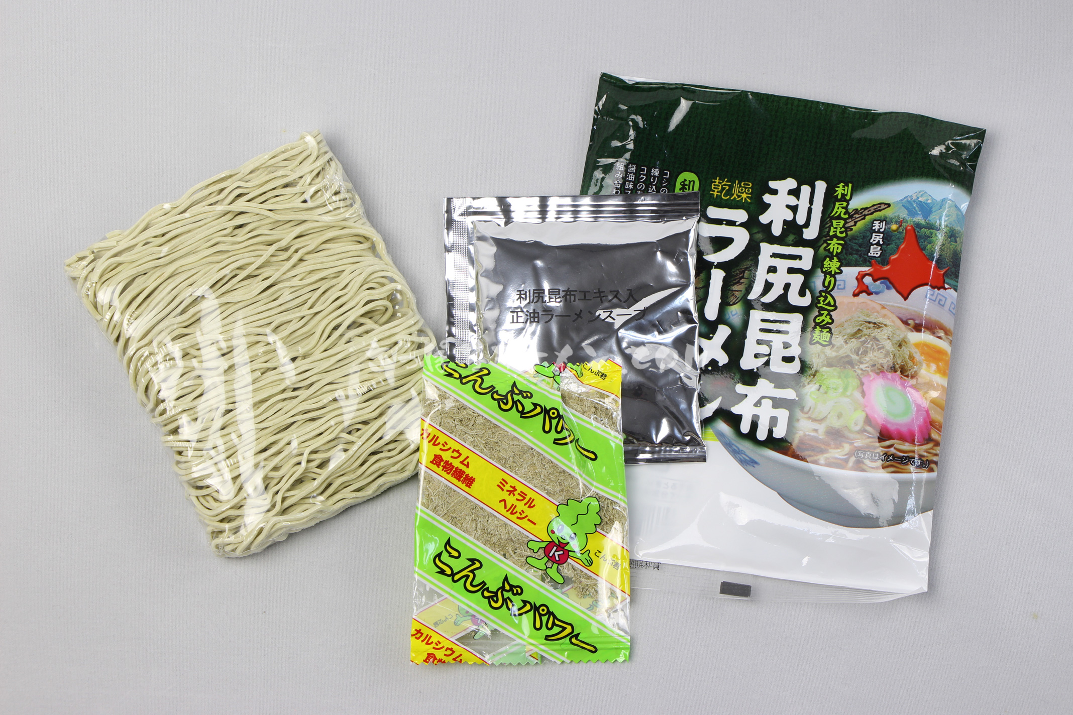 「利尻昆布ラーメン 醤油味」(有限会社ミツヤ利尻店)の麺・スープ・とろろ昆布