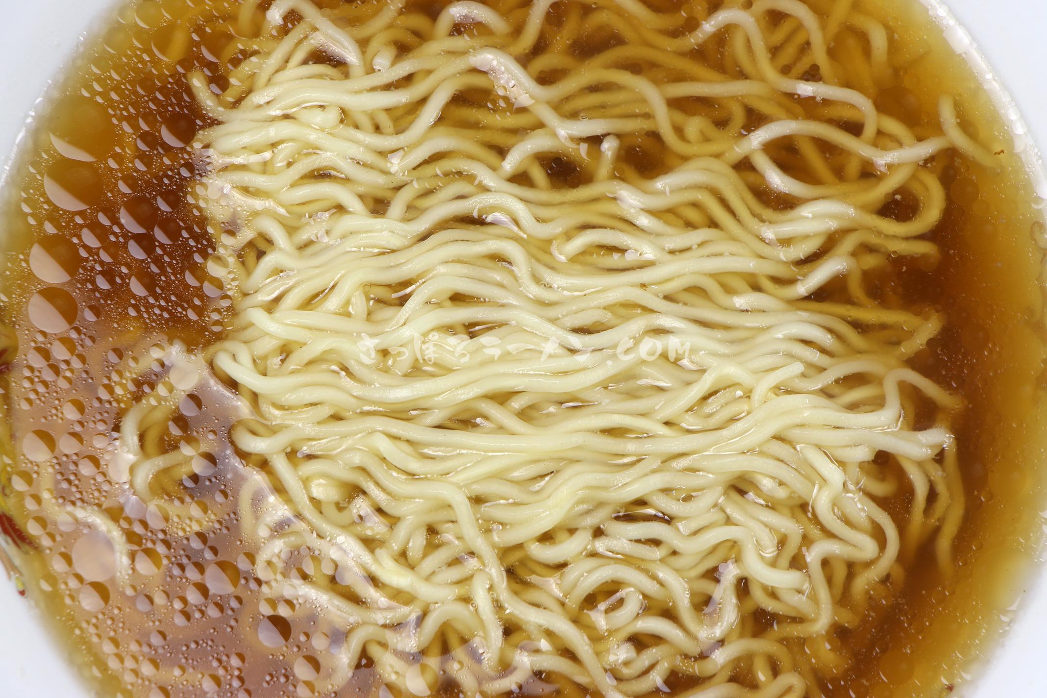 「北海道限定 鮭ぶしラーメン 醤油味」(スノウショップ)の麺