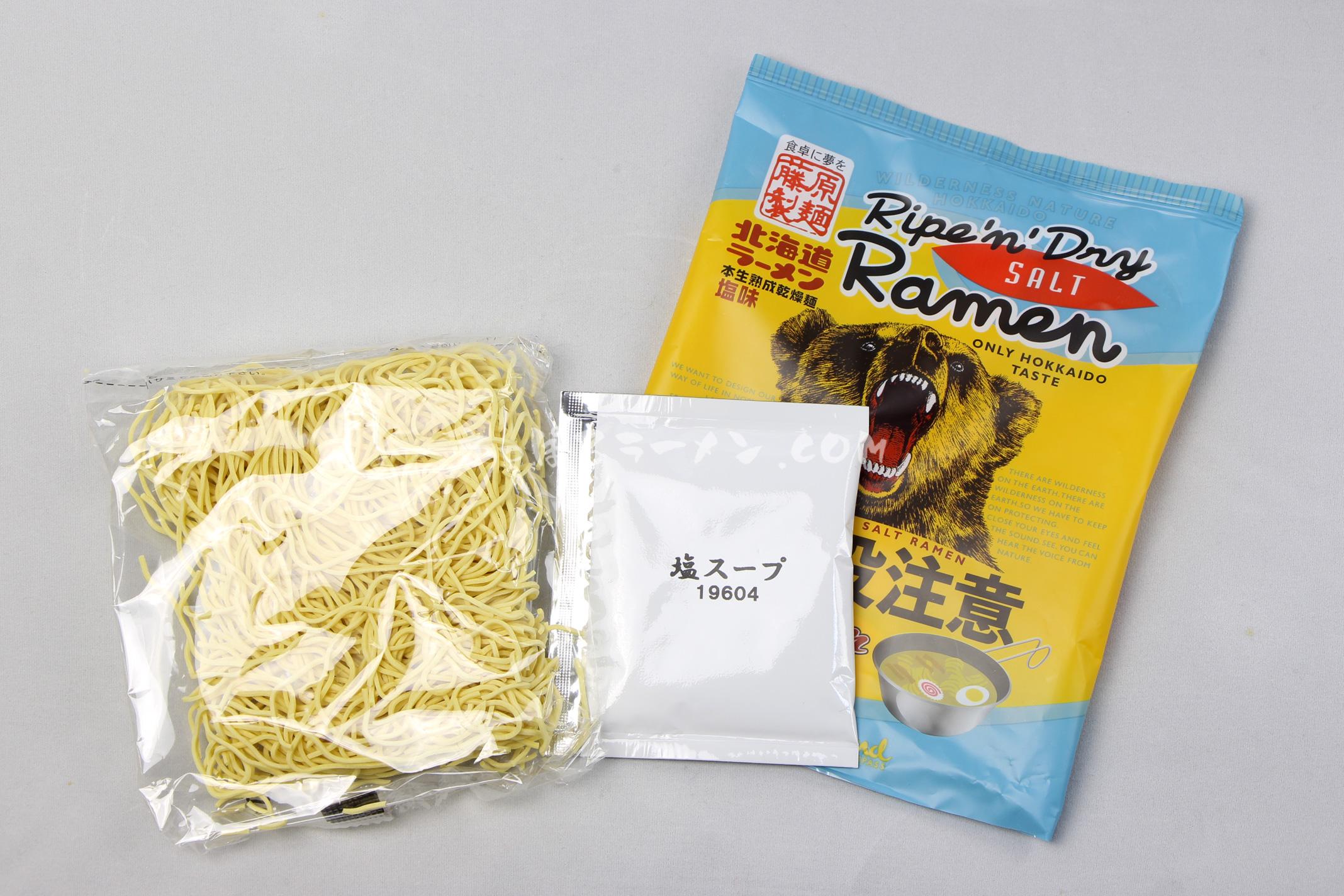 「熊出没注意ラーメン 塩味」(藤原製麺)の麺とスープ
