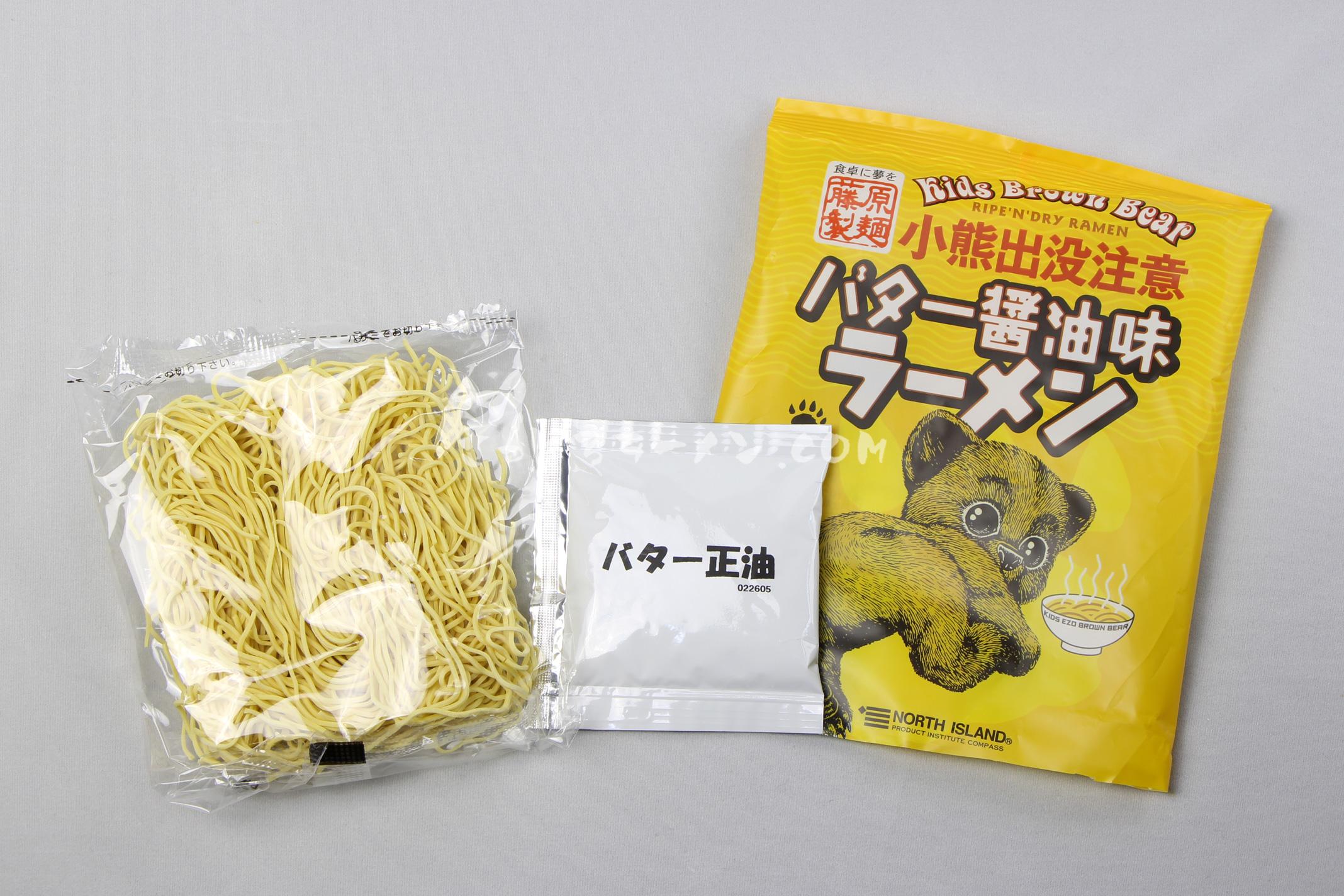 「小熊出没注意 バター醤油味ラーメン」(藤原製麺)の麺とスープ