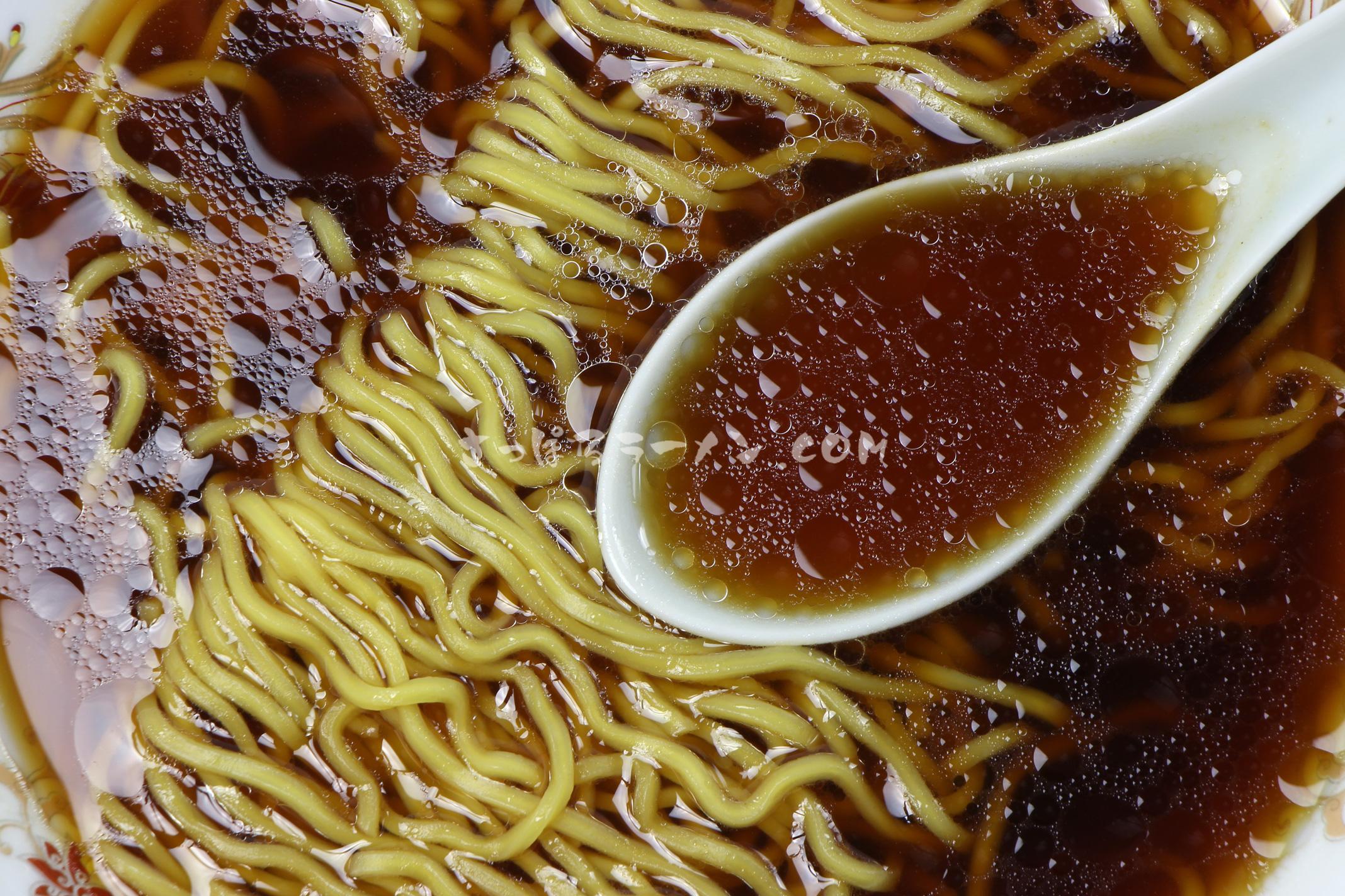 「江別小麦 寒干し 醬油味(1人前)」(菊水)のスープ