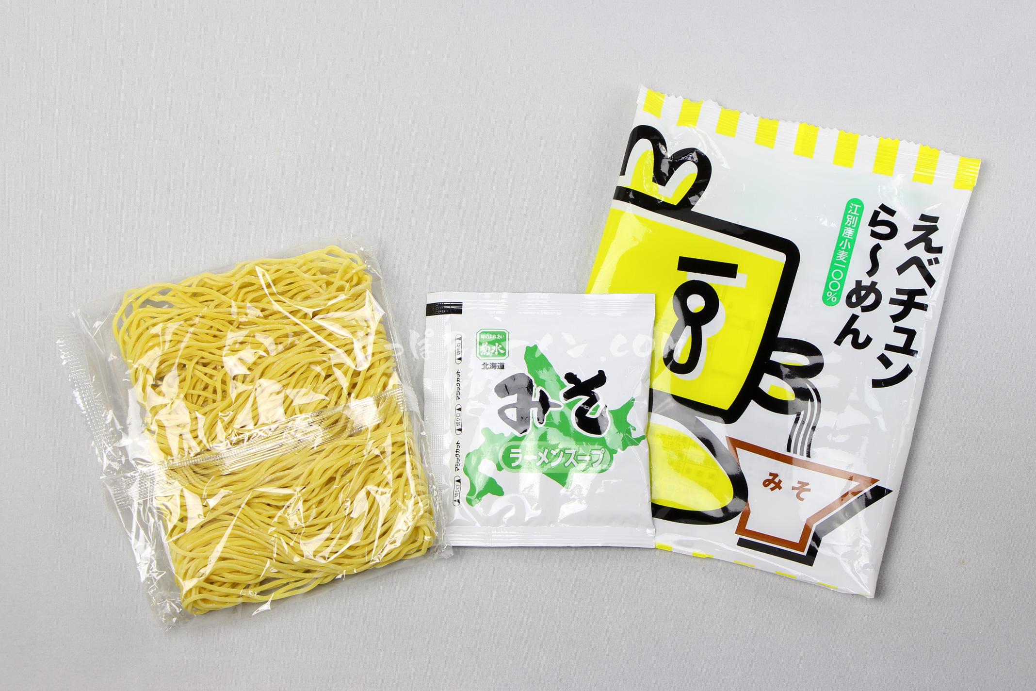 江別産小麦100%のツルもち麺「えべチュンら~めん(みそ)」(菊水)の麺とスープ