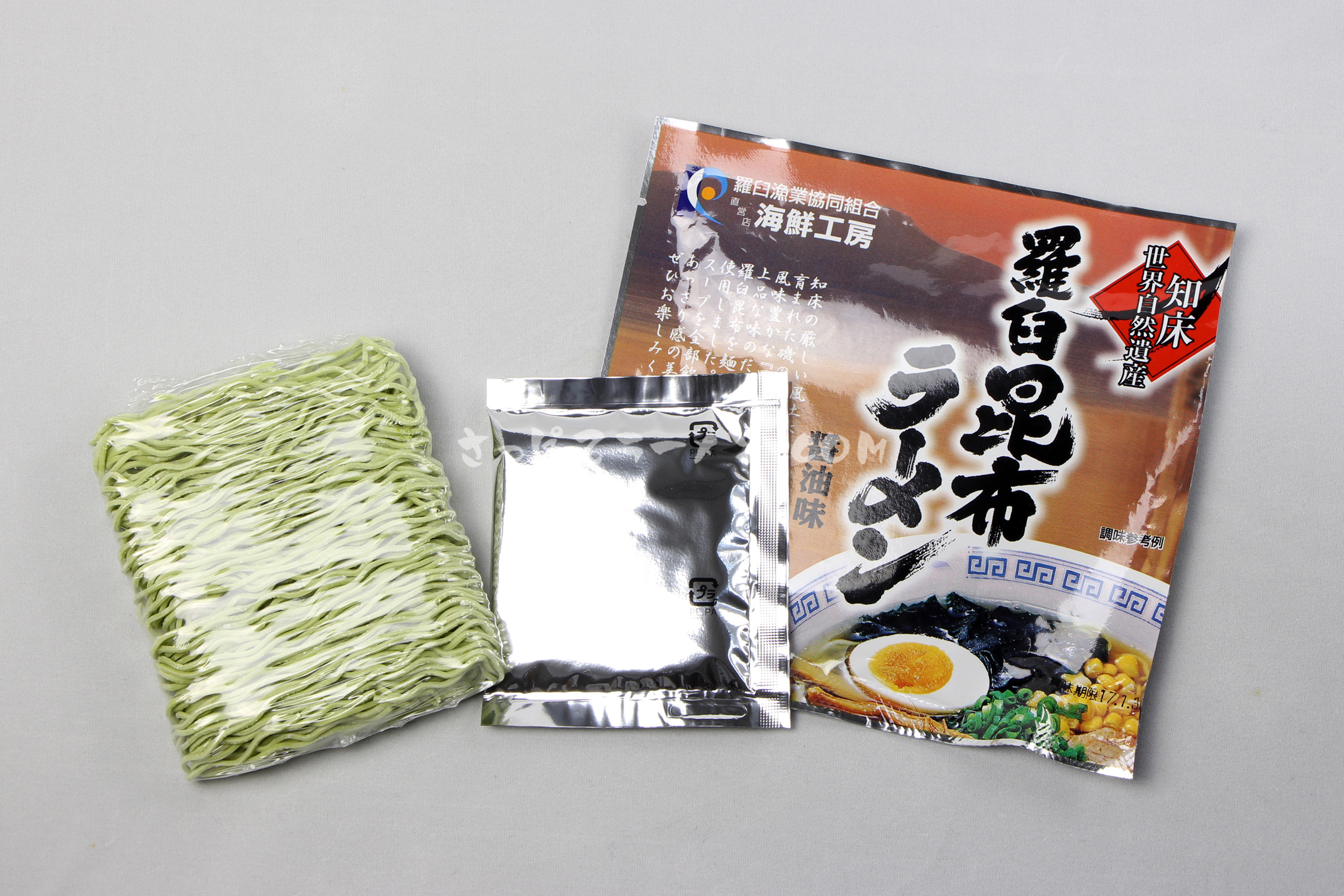 「羅臼昆布らーめん」(羅臼漁業協同組合)の麺とスープ