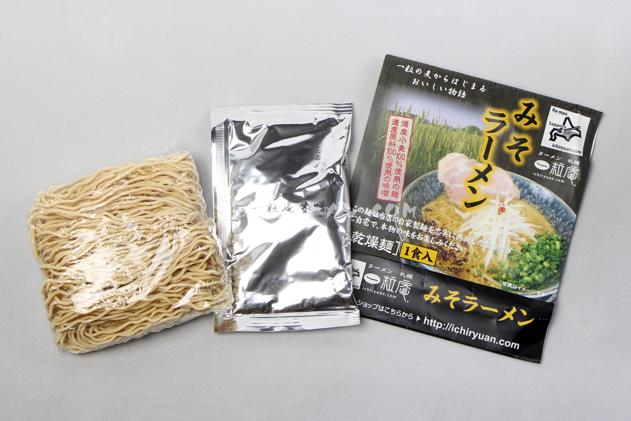 「ラーメン札幌一粒庵 みそラーメン」(グラシアス有限会社)の麺とスープ