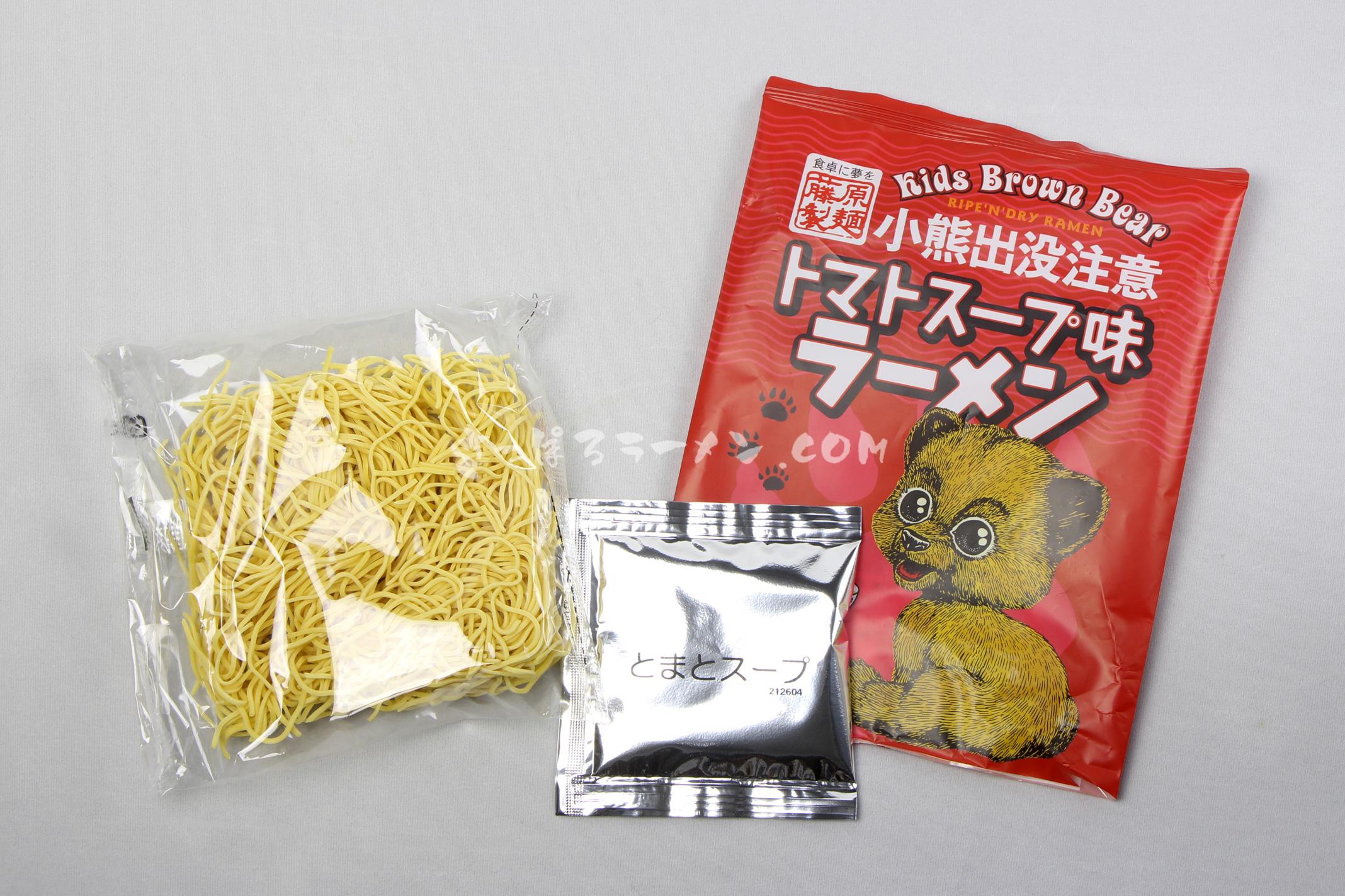 「小熊出没注意 トマトスープ味ラーメン」(藤原製麺)の麺とスープ